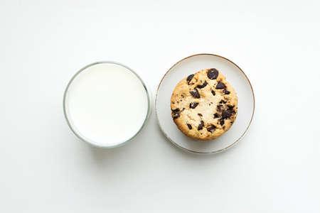 mleka: Herbatnik z wiórami czekolady i szklankę mleka. Widok z góry Zdjęcie Seryjne