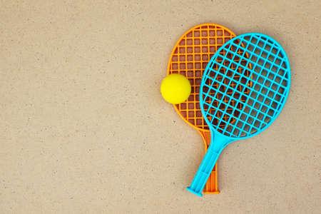 ping pong: raquetas de tenis y la bola sobre la mesa. Ping pong. Vista superior