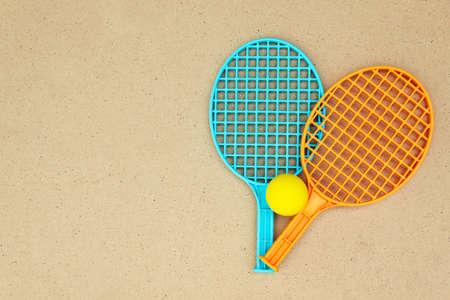 ping pong: Raquetas de tenis y la bola sobre la mesa. Ping pong Foto de archivo