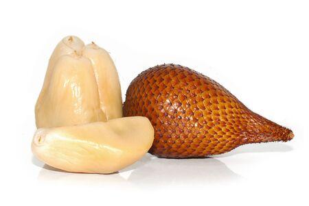 Frutto della pelle di serpente su sfondo bianco
