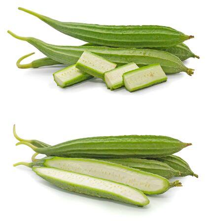 Set van groene Luffa acutangula geïsoleerd op een witte achtergrond