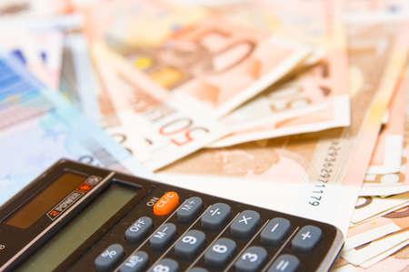 kalkulator z pieniędzmi w tle