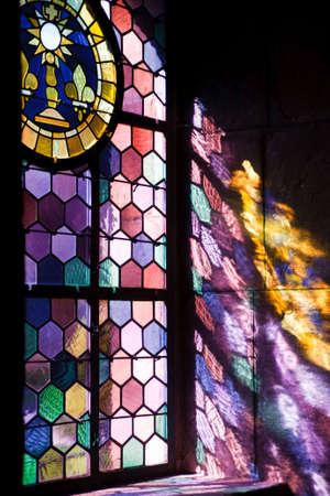 shafts: Sonneneinstrahlung werfen farbige Fenster