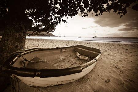 cape mode: Boot am Strand mit Meer im Hintergrund