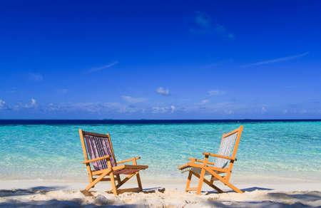 Na tropikalnych Raj z białego piasku na Malediwach i zielony Palm z błękitne niebo