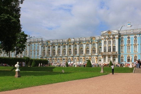 influx: Tsarskoye Selo, Russia. Summer influx of tourists at the Great Catherine Palace