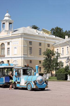 palacio ruso: PAVLOVSK, Rusia - alrededor de julio de 2014: Pavlovsk Palace. Residencia del siglo 18 Rusia Imperial en Pavlovsk, cerca de San Petersburgo. Tren de excursi�n