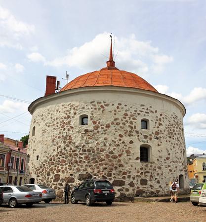 part of me: Vyborg, Rusia - 19 de julio de, 2016: torre redonda es una fortificación en la plaza del mercado de Vyborg. Fue construido en el 15471550 por el orden de Gustavo I de Suecia como parte de la muralla medieval Editorial