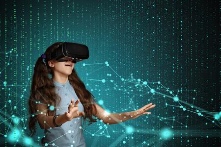 若い女の子は、仮想現実の眼鏡を使用します。将来の技術コンセプト。 写真素材