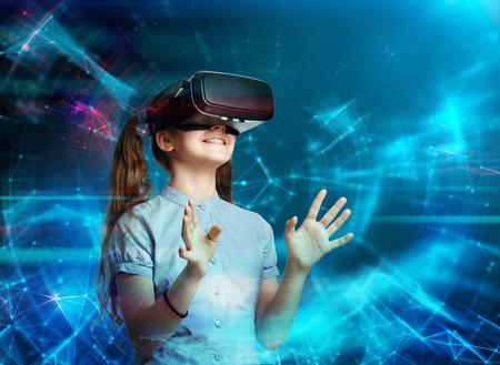 Ragazza che utilizza occhiali di realtà virtuale. Concetto tecnologico futuro.