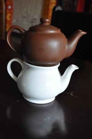spiegelung: A brown pot on a white pot