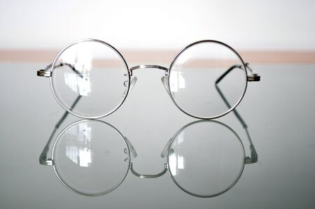 round glasses: gafas redondas se refleja en la superficie del cristal Foto de archivo
