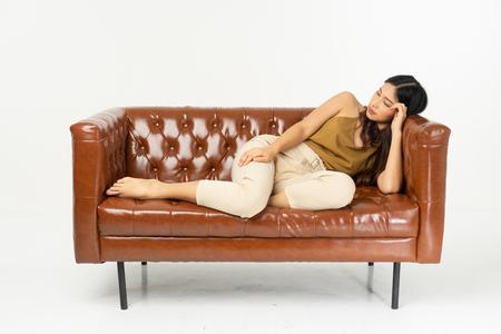 thuis, vrije tijd, technologie en geluk concept - glimlachend tienermeisje zittend op de bank met tablet .office synoniem concept.