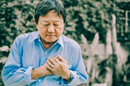 Portrait of an elderly man with  heart attack.senior Asian man . Foto de archivo - 134712727