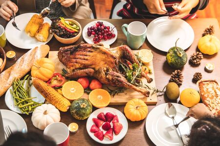 Roasted  chicken or turkey with sauce and grilled autumn vegetables: corn,pumpkin  on wooden table, top view, frame. Christmas or Thanksgiving Day food concept. Foto de archivo - 135133528