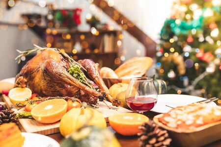 Roasted  chicken or turkey with sauce and grilled autumn vegetables: corn,pumpkin  on wooden table, top view, frame. Christmas or Thanksgiving Day food concept. Foto de archivo - 135133498