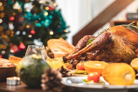 Roasted  chicken or turkey with sauce and grilled autumn vegetables: corn,pumpkin  on wooden table, top view, frame. Christmas or Thanksgiving Day food concept. Foto de archivo - 135133537