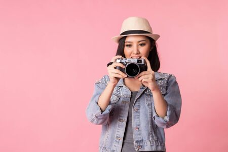 Tourist woman in summer casual clothes.Asian Smiling woman .Passenger traveling abroad to travel on pink background.Asian woman going to summer vacation.Travel trip funny. Foto de archivo - 135626398