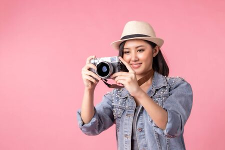 Tourist woman in summer casual clothes.Asian Smiling woman .Passenger traveling abroad to travel on pink background.Asian woman going to summer vacation.Travel trip funny. Foto de archivo - 135626424