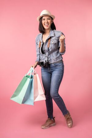 Tourist woman in summer casual clothes.Asian Smiling woman .Passenger traveling abroad to travel on pink background.She going to summer vacation.Travel trip funny Credit card on holiday. Stockfoto