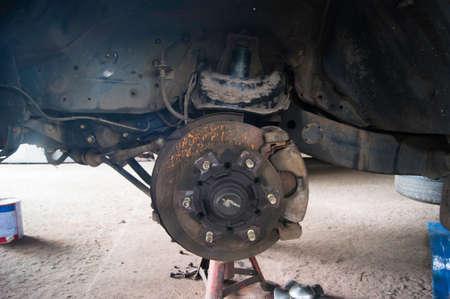 frenos: frenos y pinza en el coche oxidado se acaben mantenimiento de discos Foto de archivo