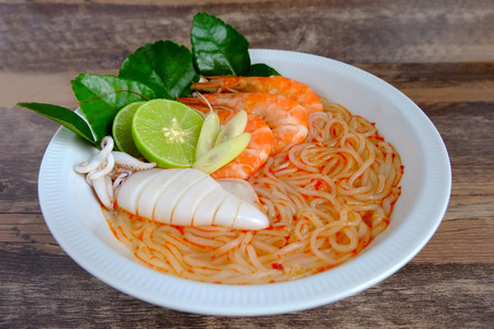 Seafood vietnamese noodle soup on wood background Banque d'images