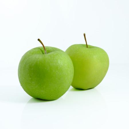 Manzana verde sobre fondo blanco, manzana verde aislado, fruta sobre fondo blanco. Foto de archivo