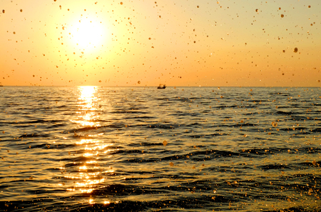 Sunrise at the beach with water droplets, The morning sun on the beach, Gold droplets and sunrise on the sea Banque d'images - 122393545