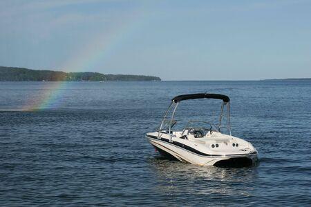 kleine boot op meer met regenboog Stockfoto