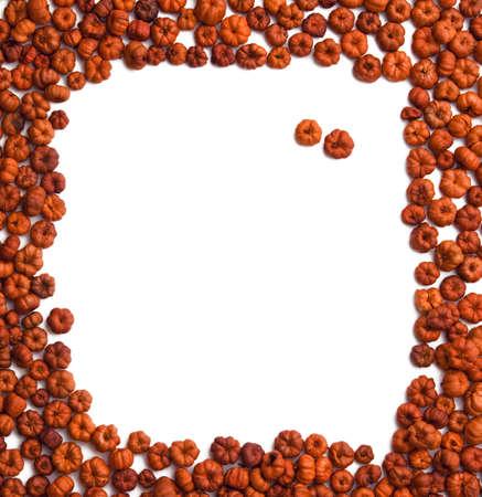 samhain: Mont�n de peque�as vainas putka calabaza de color rojo y naranja sobre fondo blanco. Oto�o, oto�o, Halloween, concepto de cosecha.
