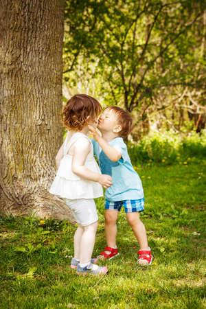 Portret van twee schattige schattige baby kinderen toddlers knuffelen en kussen elkaar, liefde vriendschap in het concept van de kindertijd, beste vrienden voor altijd