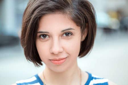 Closeup retrato de hermosa sonriente latina joven mujer hispana chica con pelo corto negro oscuro bob, fuera mirando a la cámara, sonrisa natural emoción, la diversidad étnica