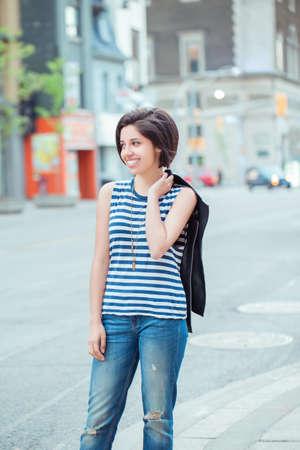 Closeup retrato de hermosa sonriente latina mujer hispana joven con pelo corto negro oscuro bob, fuera en la calle ocupada con coches, la sonrisa emoción natural, la diversidad étnica
