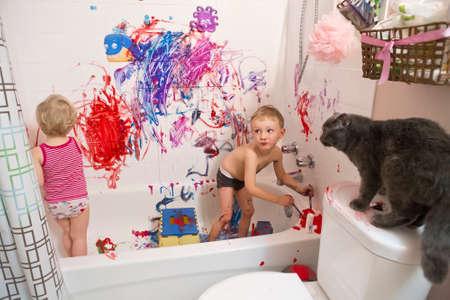 Retrato de dos lindos adorable blanco de raza caucásica niño pequeño y niña niños jugando pintura en el baño en las paredes, divertirse, estilo de vida activa concepto de la infancia, el desarrollo de la educación temprana Foto de archivo