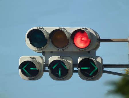세 화살표와 빨간색 신호