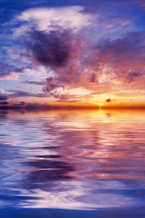 The quiet sea on a background of a beautiful sunset Imagens - 601332