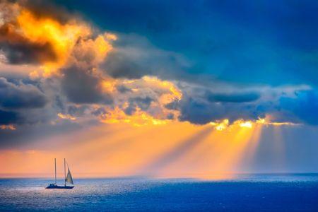 Door de wolken over de zee licht stromen