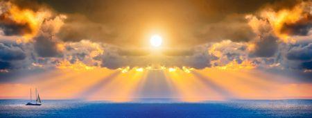 A través de las nubes sobre el mar, las corrientes de luz  Foto de archivo