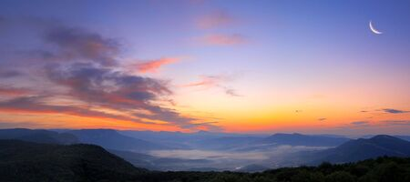 red sunsets in blue mountains  Imagens