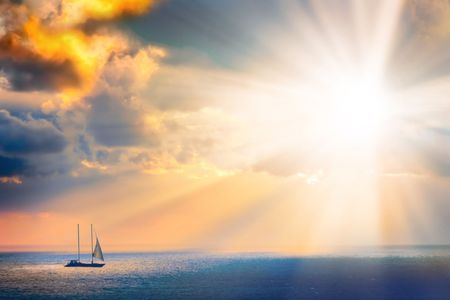 A través de las nubes sobre el mar, las corrientes de luz  Foto de archivo - 1797501