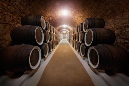 Wijnkelder met gestapelde eiken oude vaten voor de rijping wijn.
