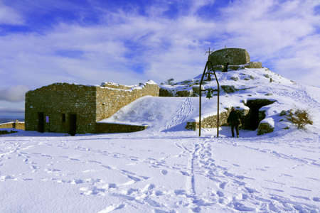 Hermitage with a chapel and a tower on the top of Monte Labbro covered with snow - Grosseto - Tuscany - Italy Banque d'images