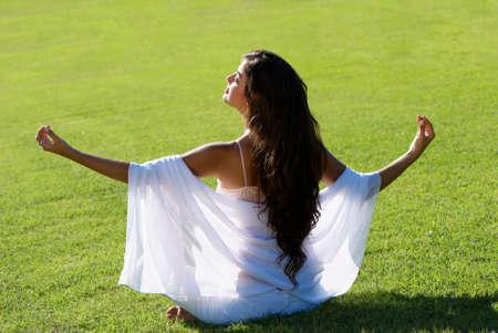 Medytacja na zielonym polu Zdjęcie Seryjne