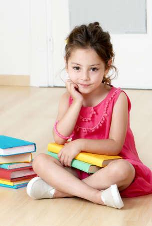 kinder: ni�o en edad preescolar con el libro de