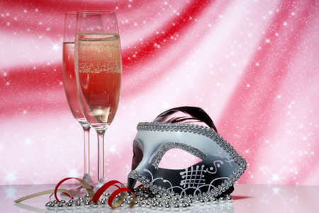 Okulary z szampana i venetian maskę na tle abstrakcyjna