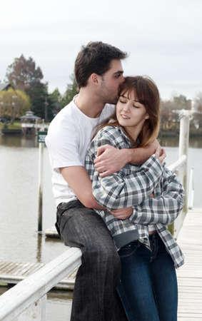 feleségül: Szerető fiatal pár, szép és boldog