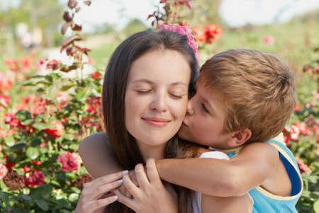 mujer con rosas: El hijo besar madre. D�a de la Mujer