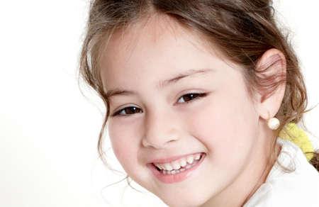 szczęśliwa mała dziewczynka na białym tle