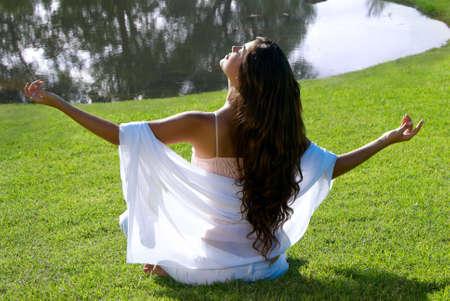 medytacja kobieta w parku Zdjęcie Seryjne