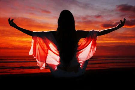 medytacja kobiety z oceanu